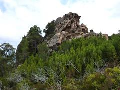 Sentier de Cuperchjata Sud depuis la piste de l'Osu : arrivée à la plate-forme rocheuse près du rocher remarquable