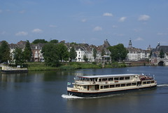 Een rondvaartboot over de Maas