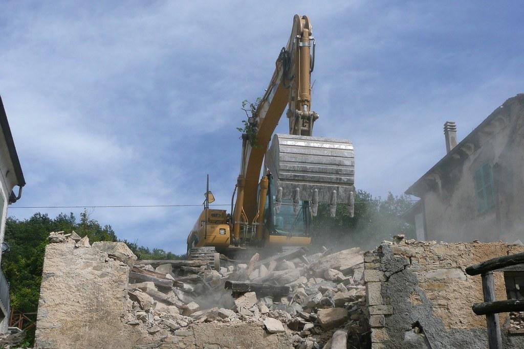 Il sequestro penale non blocca la demolizione comunale