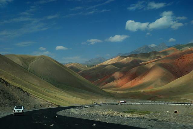 Route entre Sarry Tash et Osh Kirghizstan  © Bernard Grua