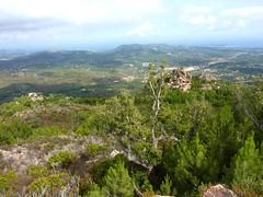 Le rocher remarquable depuis le versant maquisé avant le bois de pins