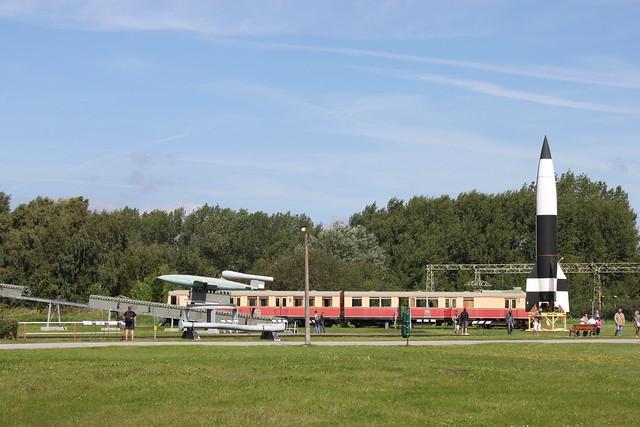 Fi 103 und Aggregat A4 vor Peenemünder Werkbahn