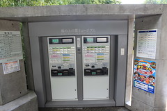 outdoor structure(0.0), cash(0.0), automated teller machine(0.0), payphone(0.0), machine(1.0), kiosk(1.0),