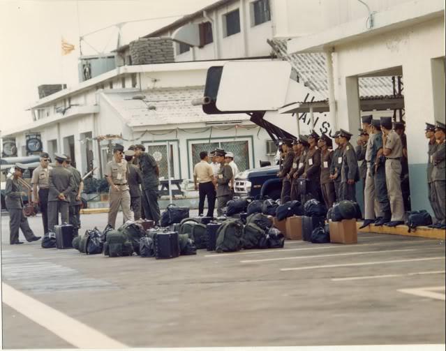 Phái đoàn Bắc Việt tại phi trường Tân Sơn Nhứt.