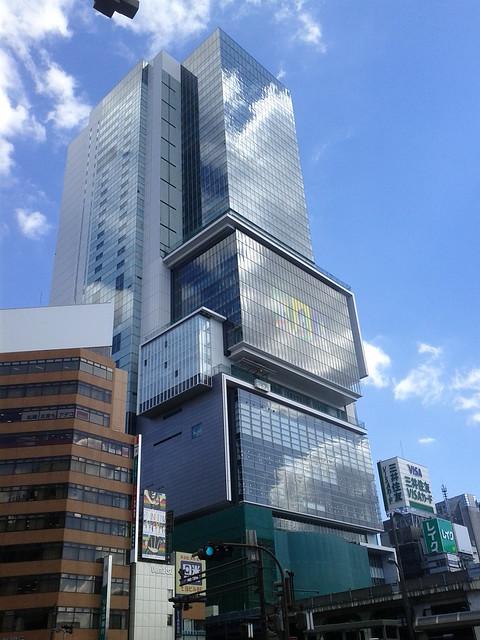 渋谷ヒカリエ、青空だと映えるなー。