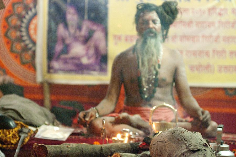 Медитирующий нага-баба, Кумбхамела 2010 © Kartzon Dream - авторские путешествия, авторские туры в Индию, тревел фото, тревел видео, фототуры
