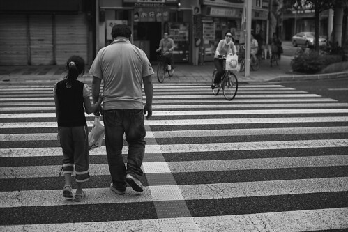 blackandwhite bw walking hands affection father daughter explore holdinghands parenting 娘 愛情 父親 岐阜県 physicality 30mmsigmaf14 親 canon50d showingaffection 岐阜市 importanceoftouch howimportantistouch howmuchcanyoutellfrom12000ofasecond touchasameansofcommunication