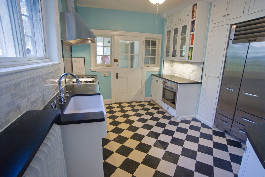 Checkerboard floor for a vintage kitchen for Black lino kitchen flooring