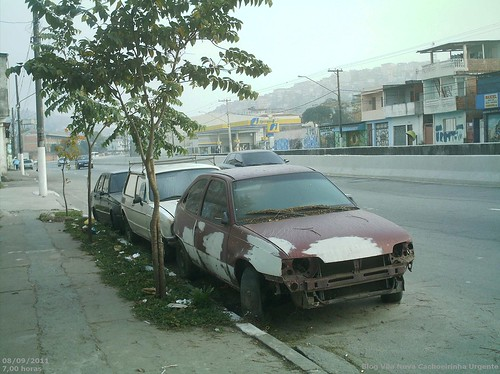 Cemitério de carros na Inajar de Souza