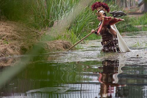 Décimo Xunio Bruto atravesa o río