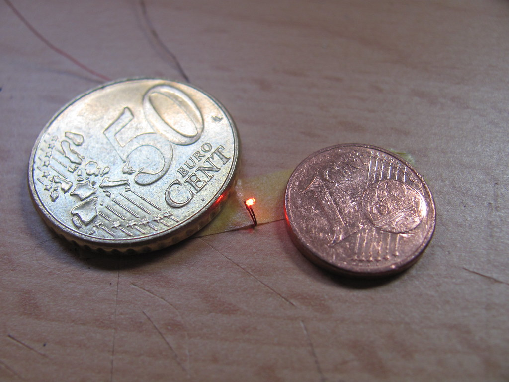 SMD LED 0402 naast 2 muntstukken | Romar Keijser | Flickr