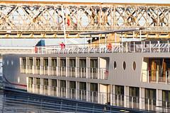 Detalle del MS Bolero y puente Starý Most en Bratislava