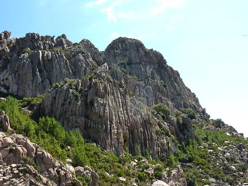Castellu Muratu : les parois et cannelures de la splendide face W de Punta di Castellu Muratu