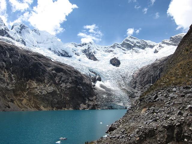 Laguna Arhuaycocha en el Parque Nacional Huascarán, Cordillera Blanca, Perú