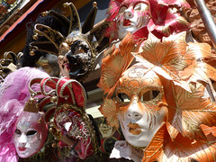 clothing(0.0), samba(0.0), costume(0.0), masque(1.0), festival(1.0), carnival(1.0), event(1.0),