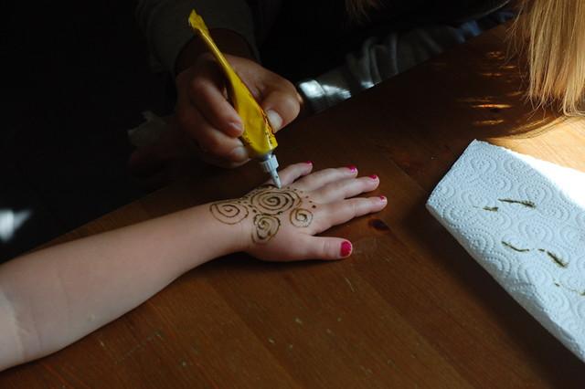 how to make henna last longer on hands