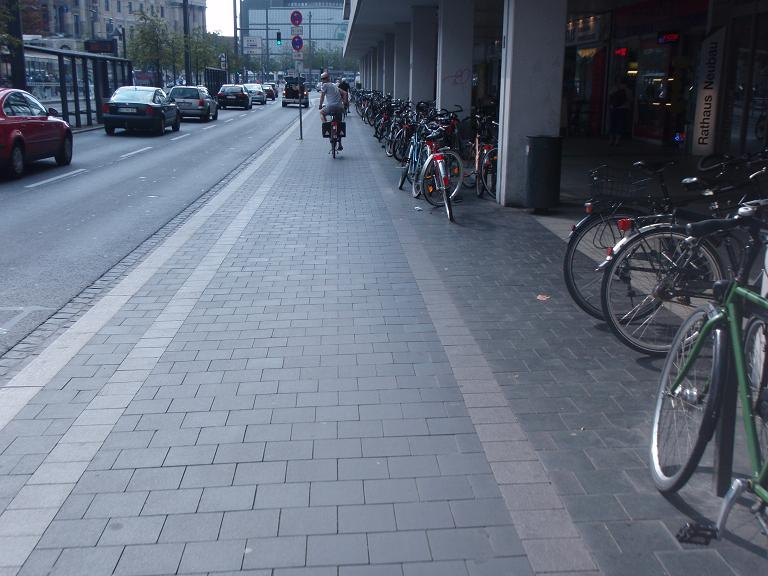 Cycle path with safety strip