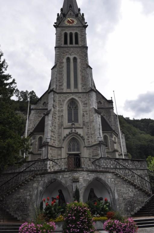 Iglesia en la avenida principal de Vaduz Liechtenstein, el pequeño país de los alpes - 6116371385 14fc6c0567 o - Liechtenstein, el pequeño país de los alpes