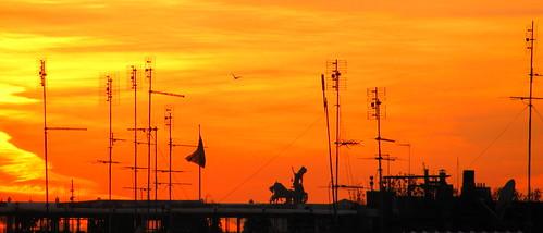 Antenas y carruaje sobre los tejados by Miradas Compartidas