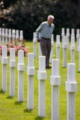 Anciano entre las tumbas