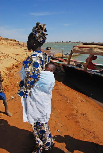MALI: femme Bozo sur le Niger