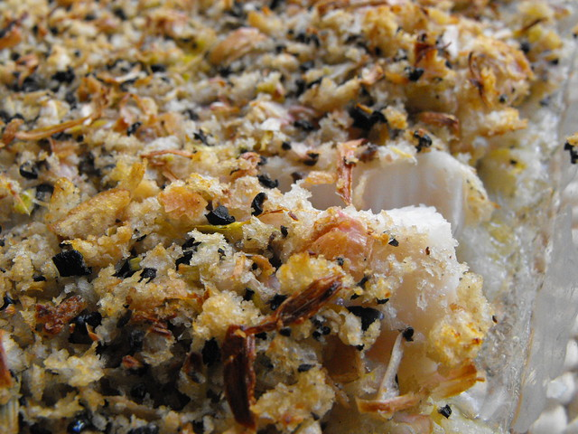 Crumble de pescada com azeitonas e alho francês