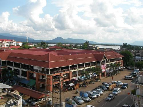 Champasak merkatalgunea, atzean Mekong
