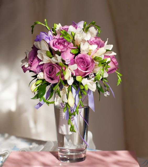 This is an elegant wedding centerpiece of wholesale wedding flowers