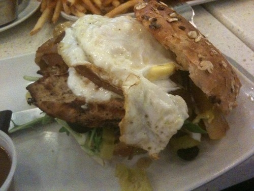 Mi hamburguesa en The Counter: leva cebolla caramelizada, huevo y pollo :)