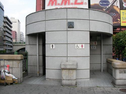 万世橋の公衆トイレ