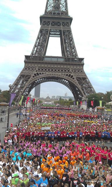 Au pied tour eiffel la parisienne flickr photo sharing for Chaise pied tour eiffel
