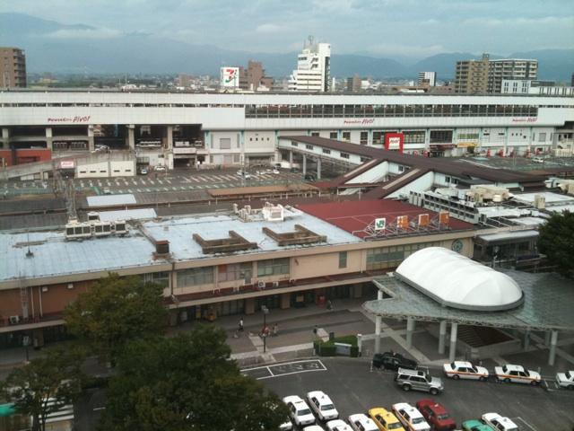 ホテルのラウンジで朝ごはん。福島駅を上から眺めるという微妙な眺望だけどまぁいいや。