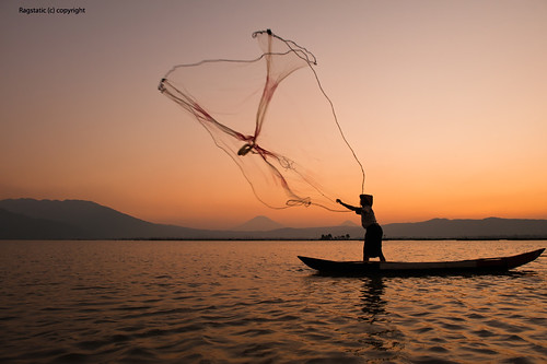 light lake fish color silhouette indonesia volcano fisherman exposure salatiga centraljava ambarawa rawapening kesongo