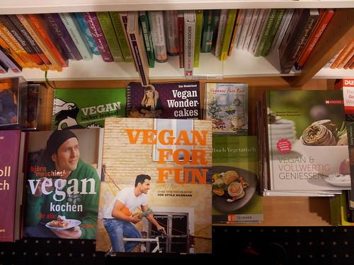 vor wenigen wochen gab es hier noch kein einziges, jetzt gleich eine ganze auswahl veganer kochbücher.