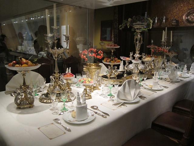 1800-luvun juhlapöytä katettuna