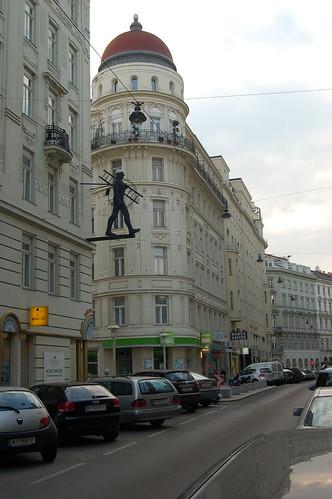 Die klassizistische Häuserfassade wird von einer Schornsteinfegerfigur unterbrochen.