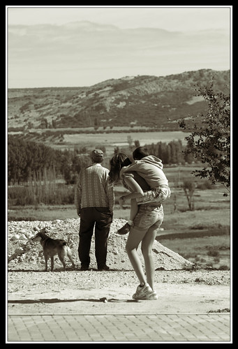 Niños jugando y hombre con perro