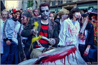 Gruppe Menschen, die am Zombie Walk in Paris 2011 teilnahmen