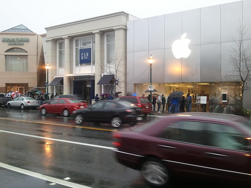 Pick-up line for iPads outside Walnut Creek Apple Store