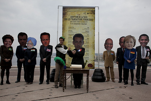 Oxfam activists as G20 leaders pose with Robin Hood