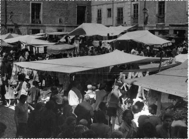 Mercado del ¿Martes? en la Plaza Mayor hacia 1950. Foto Rodríguez