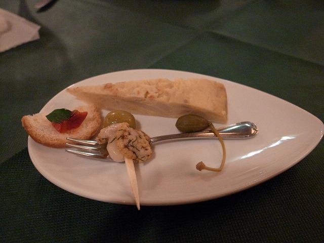 <p>a)前菜、ジャガイモいっぱいのスペインオムレツ、ホタテにオリーブ超おいしい</p>