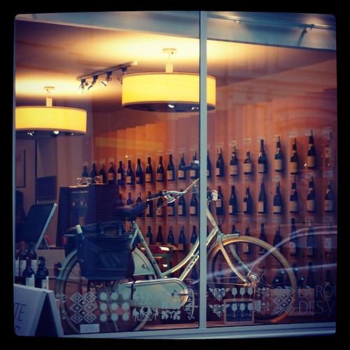 酒店內送酒的腳踏車好有型。老闆,請外送一打到台灣吧!