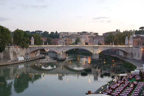 Auch die Emanuelle Brücke spiegelt sich im Tiber