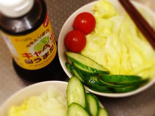 今朝のサラダは「キャベツのうまたれ」を前提としたシンプルサラ ダです。お好みでトッピングなど