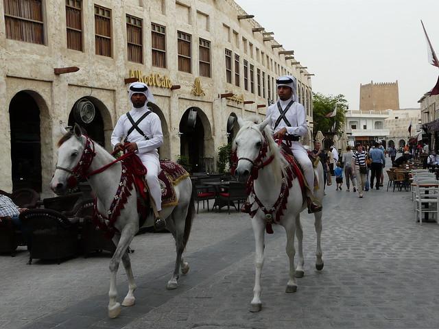 Policías a caballo en una calle del zoco de Doha (Qatar)