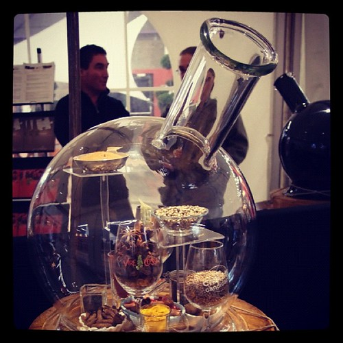 這些就是我們在葡萄酒中,可能嗅聞到的香料味。酒展中,將各種可能出現的氣味,分門別類地(皮革、白花、漿果、柑橘、辛香、地衣、香草、奶味...等等)裝在不同的玻璃瓶內,讓人對這些氣味更加熟悉。