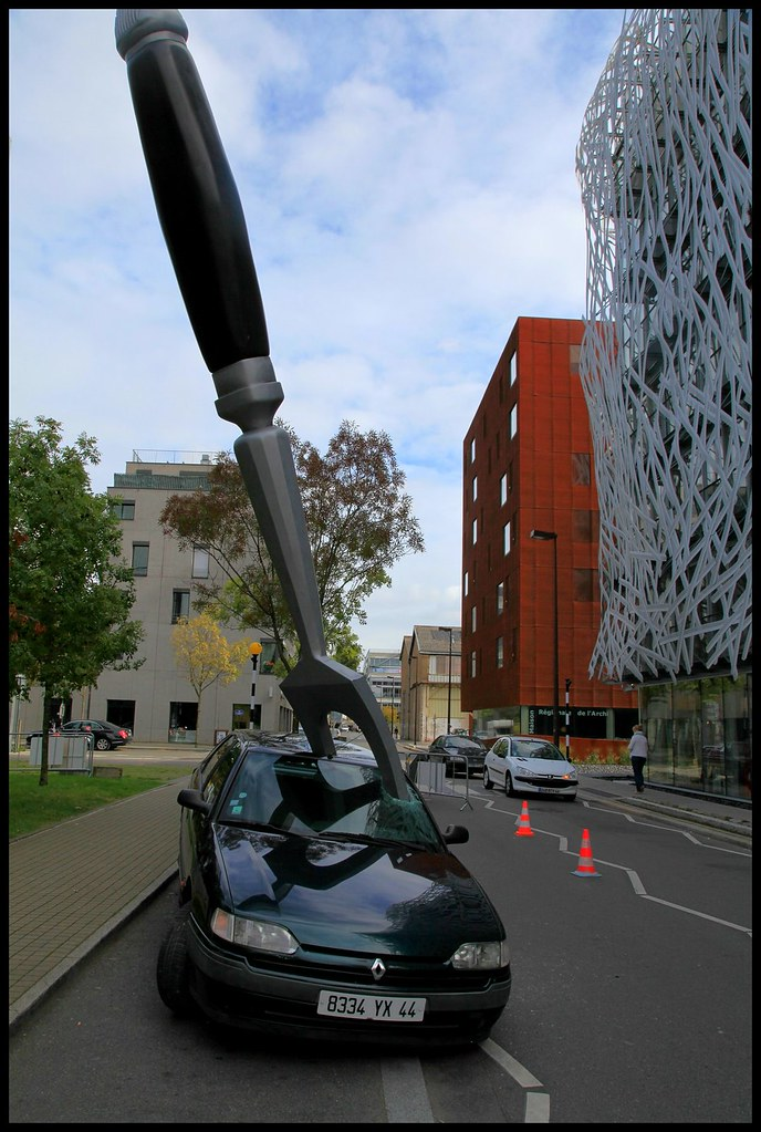 royal de luxe stabs a car with a giant fork for a store promotion. Black Bedroom Furniture Sets. Home Design Ideas