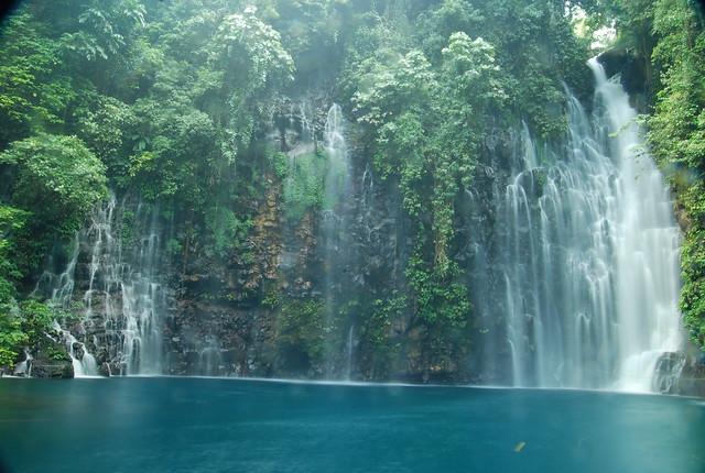 Una cascada alimentando una laguna en Filipinas