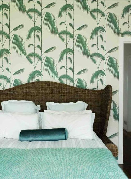 Ish and chi palm leaves wallpaper interior design - Salon con papel pintado ...